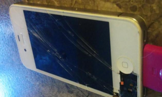 割れたiPhone